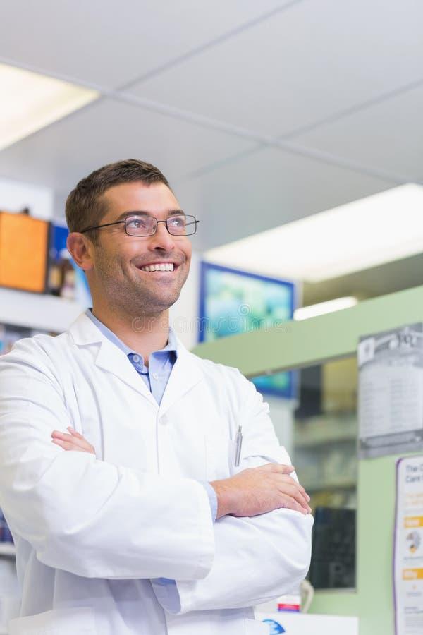 Recherche de sourire de pharmacien beau photographie stock