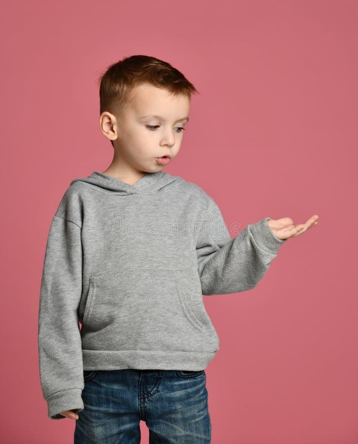 Recherche heureuse d'enfant de bébé garçon d'enfant avec la main ouverte de paume pour le concept de l'espace des textes de copie photos libres de droits