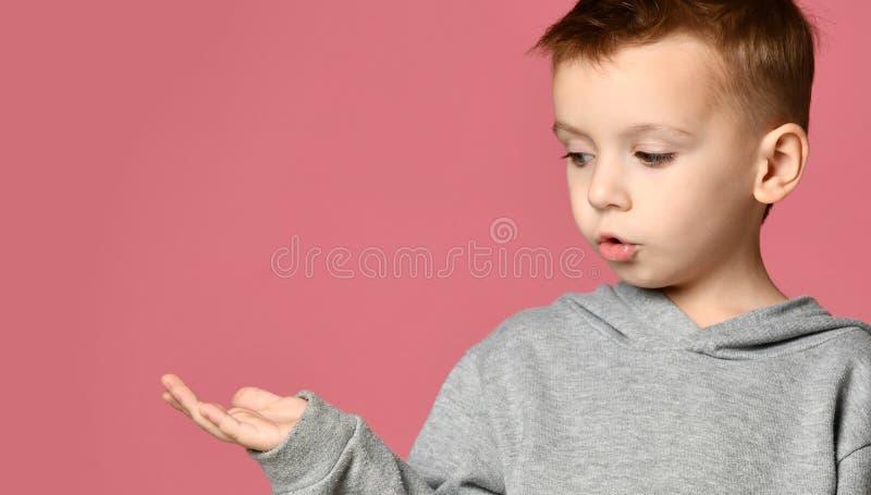 Recherche heureuse d'enfant de bébé garçon d'enfant avec la main ouverte de paume pour le concept de l'espace des textes de copie image libre de droits