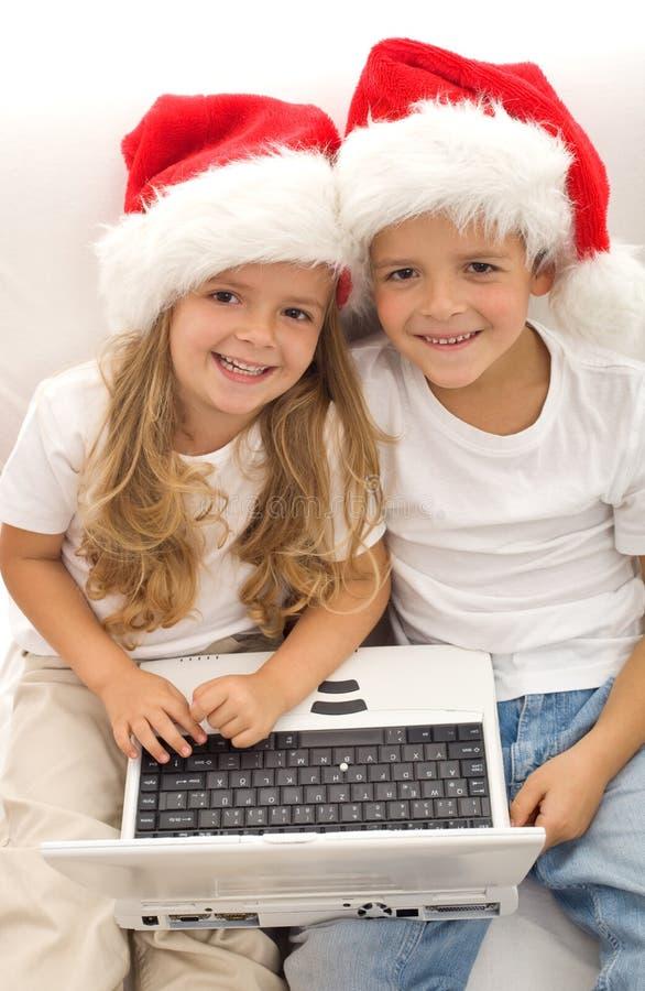 Recherche le cadeau parfait de Noël en ligne images stock