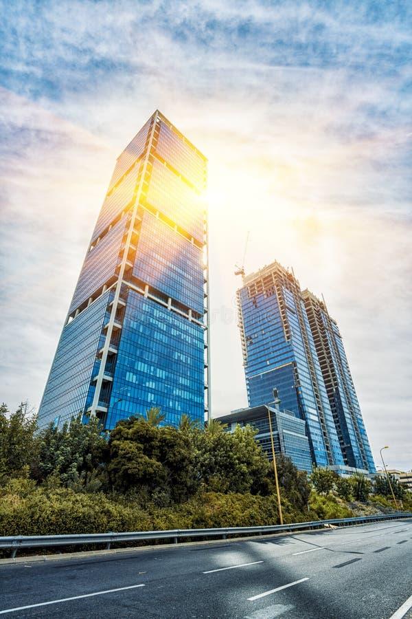 Recherche/vue inférieure des gratte-ciel modernes dans le ligh de soirée image stock