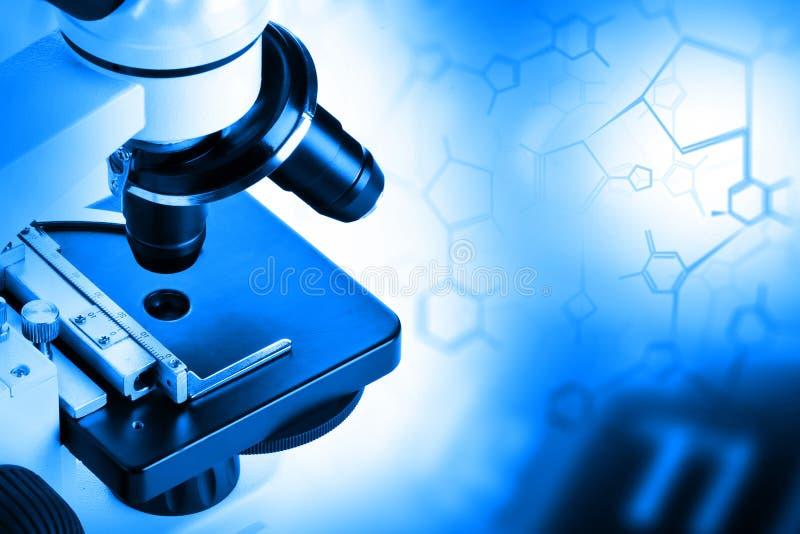 Recherchez le microscope avec la formule structurelle de molécule - recherche photographie stock