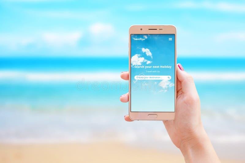 Recherchez votre prochain appli de voyage de vacances au téléphone intelligent chez la main de la femme photos libres de droits