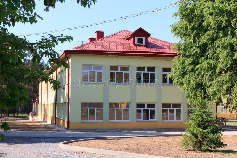 RECHITSA, BIELORRÚSSIA - 3 de junho de 2015: Colégio interno para crianças com inabilidades, rua Krasikov 40 de Rechitsa, fotografia de stock