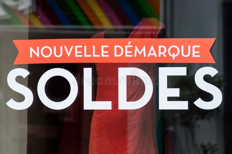 Rechnen Sie Zeichen ` SOLDES Nouvelle demarque ` auf französisch, den Traduction von Verkäufen, neue Preisermäßigung auf Fenster  stockfotografie
