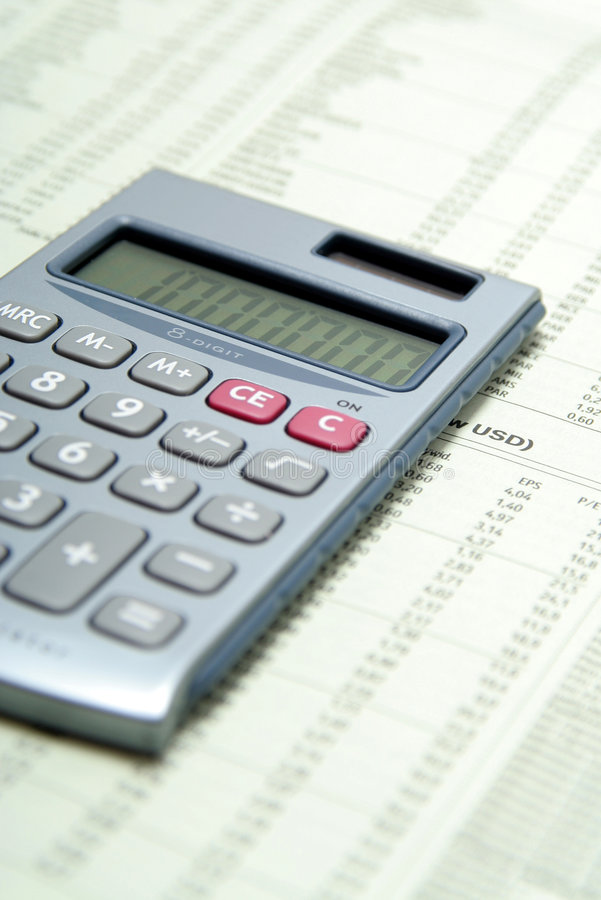 Rechner auf Finanzpapier lizenzfreie stockbilder
