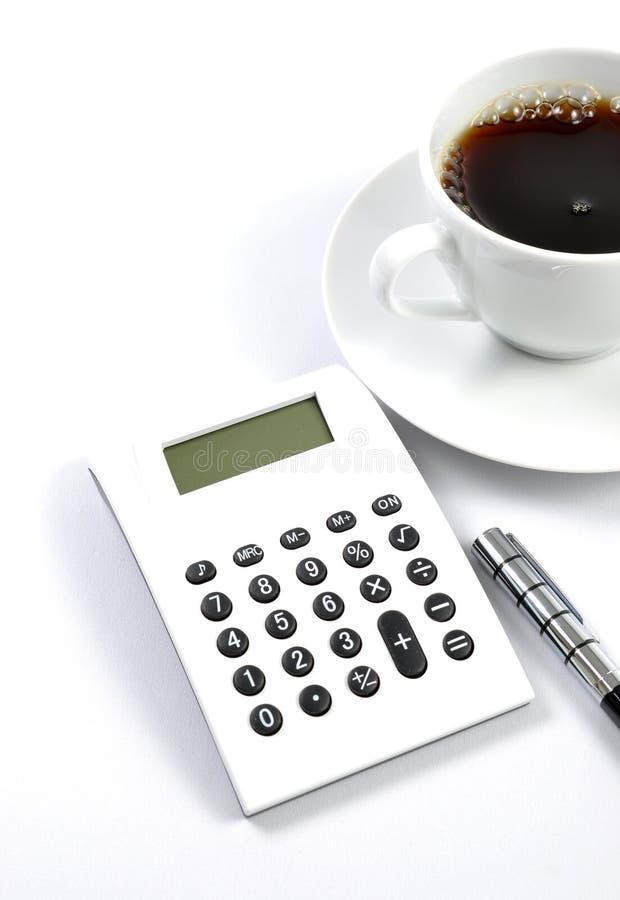 Rechner, Kaffee und Feder stockbild