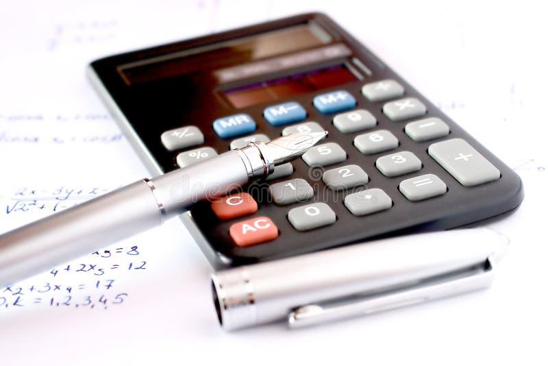 Rechner mit Feder und schriftlicher Algebra stockfotografie