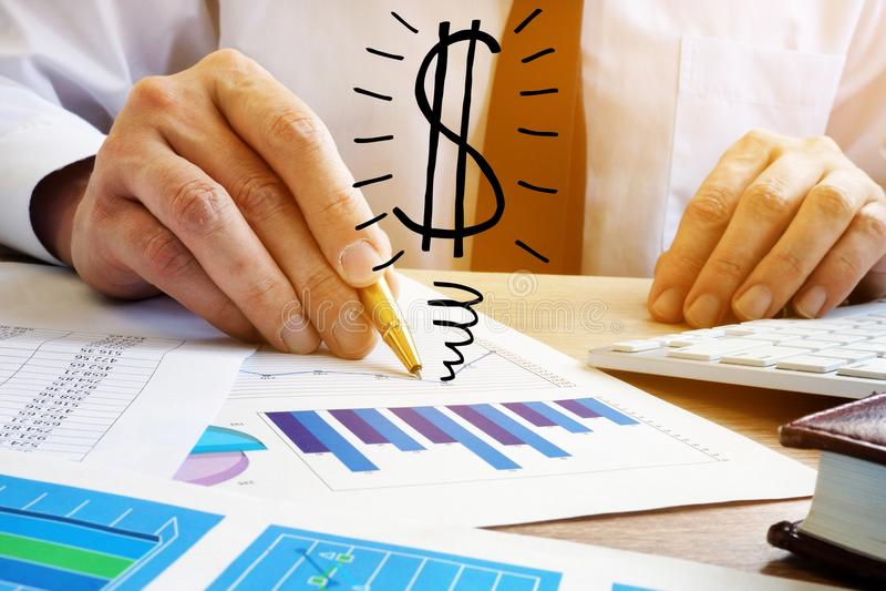 Rechner- und Dollarzeichen Geschäftsmann-Analyze-Geschäftseinkommen lizenzfreies stockfoto