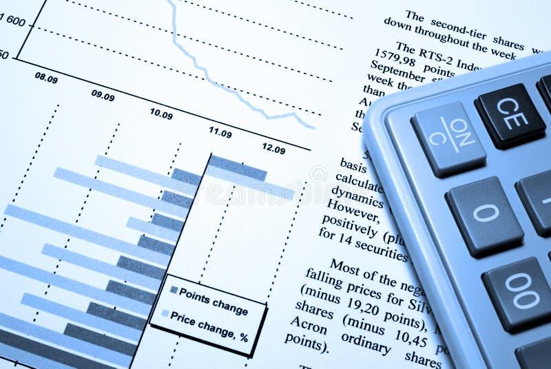 Rechner und gedruckter Finanzreport. lizenzfreies stockbild