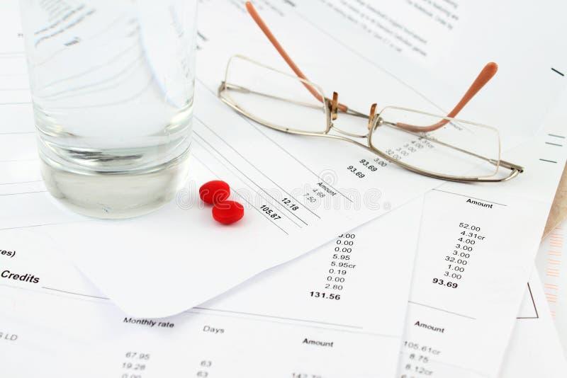 Rechnungen und Gläser lizenzfreies stockbild