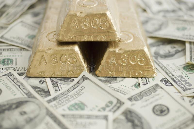 Rechnungen und Goldstäbe lizenzfreie stockbilder