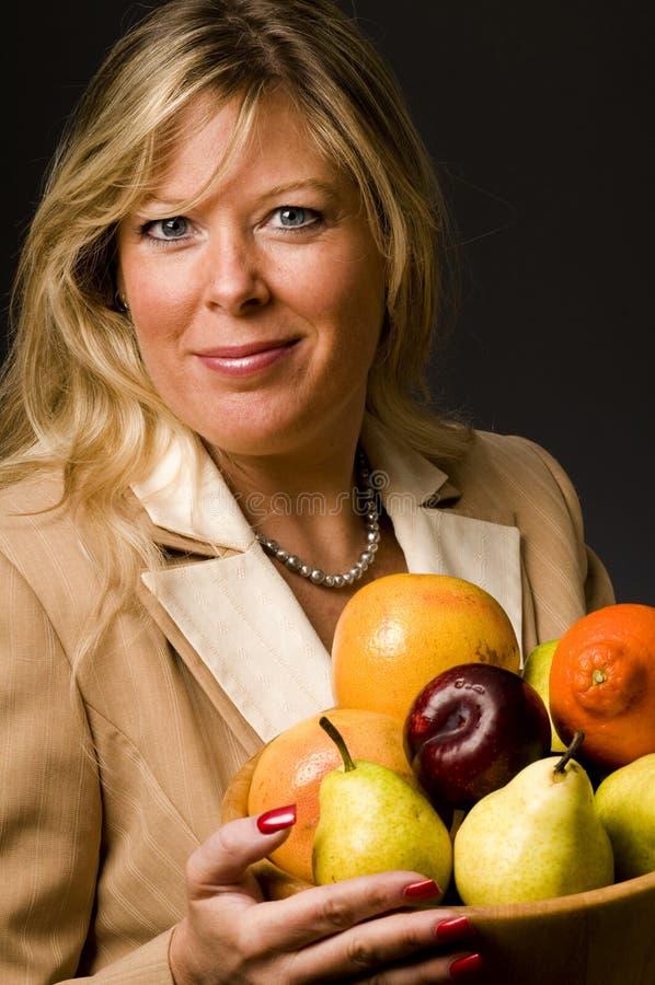 Recht ältere Frau in der Klagefruchtschüssel lizenzfreie stockfotos