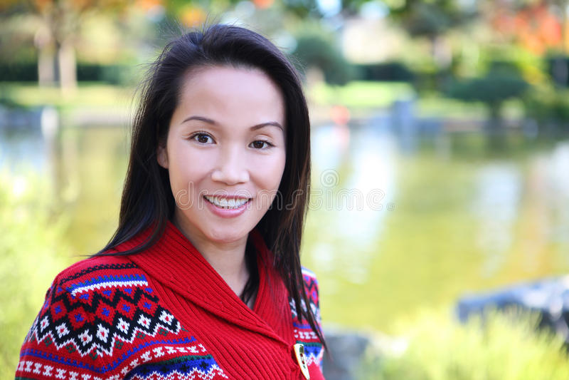 Recht asiatische Frau in der Natur stockfotografie