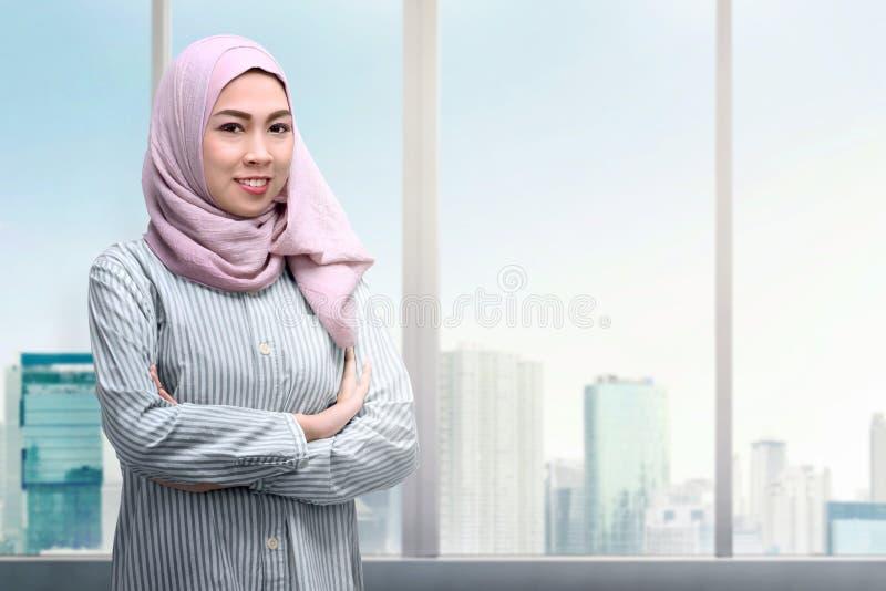 Recht asiatische moslemische Frau mit den Armen kreuzte Stellung lizenzfreie stockbilder