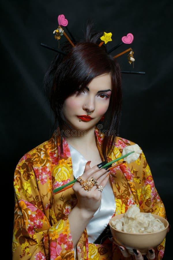 Recht asiatisches Mädchen mit russischem pelmeni lizenzfreie stockbilder