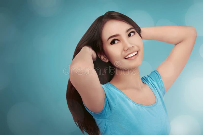 Recht asiatisches Mädchenlächeln lizenzfreie stockfotos