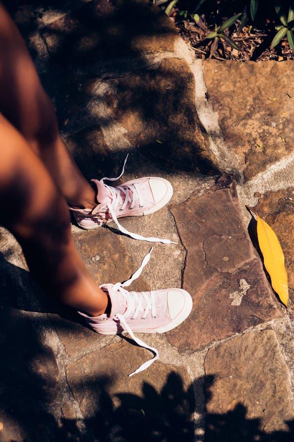 Recht athletisches Mädchen in einem gelber Bikini sexy Knit auf dem footpat lizenzfreie stockfotografie
