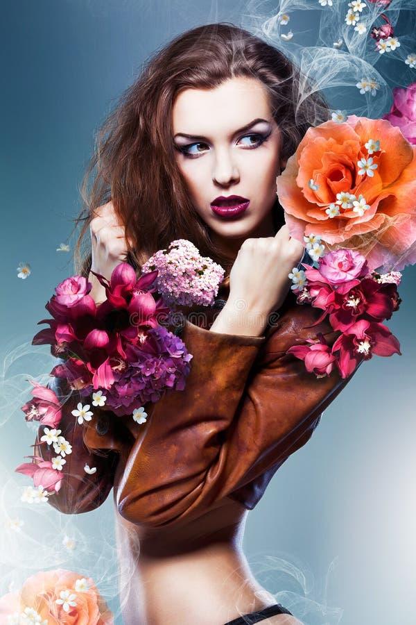 Recht attraktive erotische Frau in der braunen Jacke lizenzfreie stockbilder