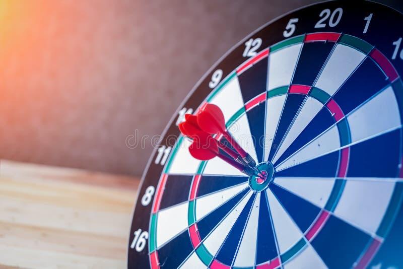 Recht auf Zielkonzept unter Verwendung des Pfeiles im Bullauge auf Dartscheibe stockbild