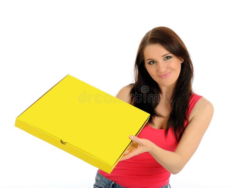 Recht beiläufiges Mädchen mit Pizza im Anlieferungskasten lizenzfreie stockfotografie