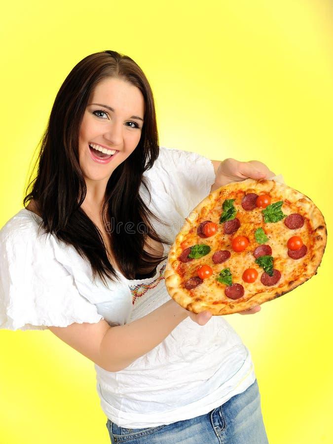 Recht beiläufiges Mädchen mit Pizza im Anlieferungskasten stockbild