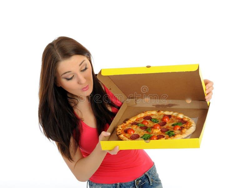 Recht beiläufiges Mädchen mit Pizza im Anlieferungskasten stockfotos
