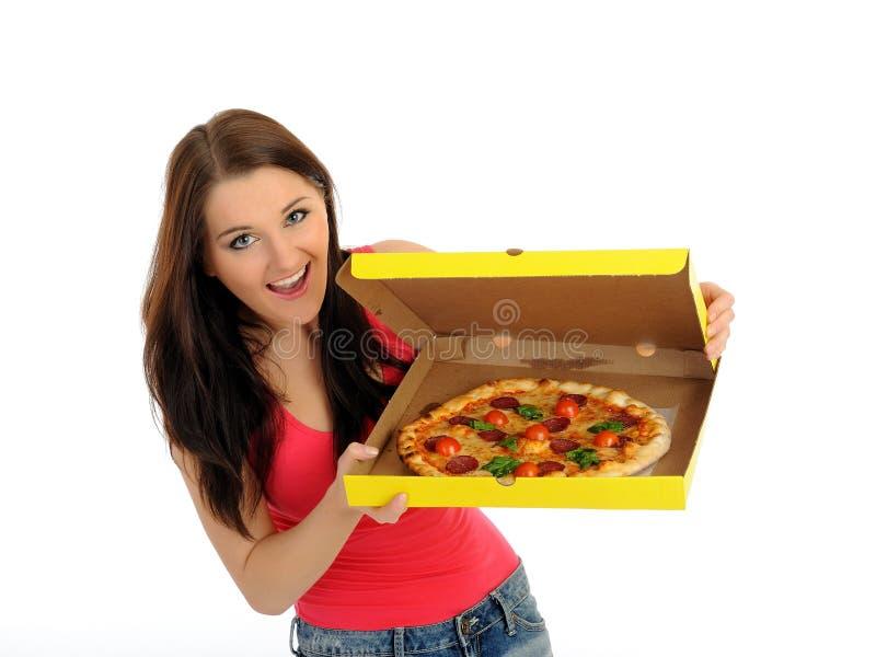 Recht beiläufiges Mädchen mit Pizza im Anlieferungskasten lizenzfreie stockbilder