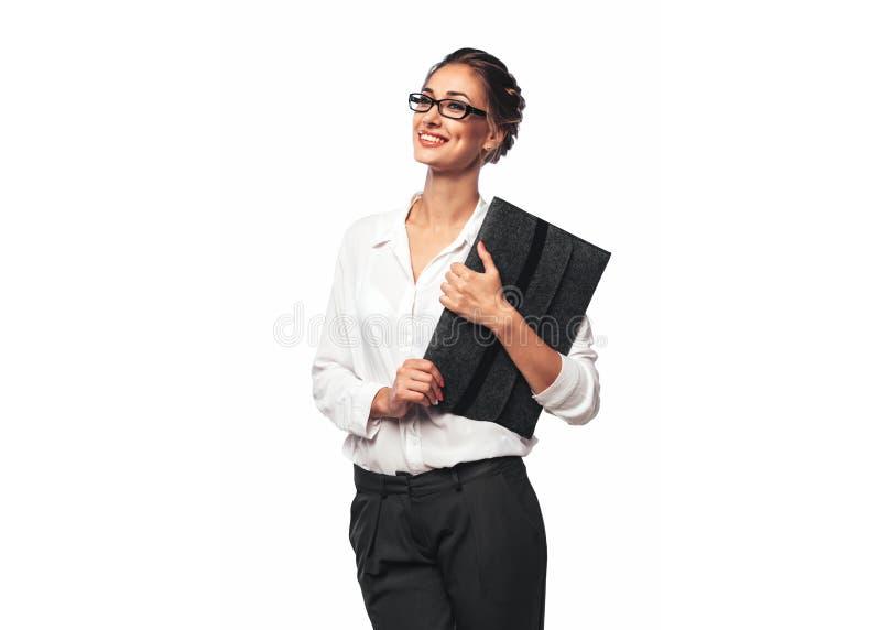 Recht blonde junge Büro-Frau, die Gray Documents Folder und ein Lächeln umarmt stockbild