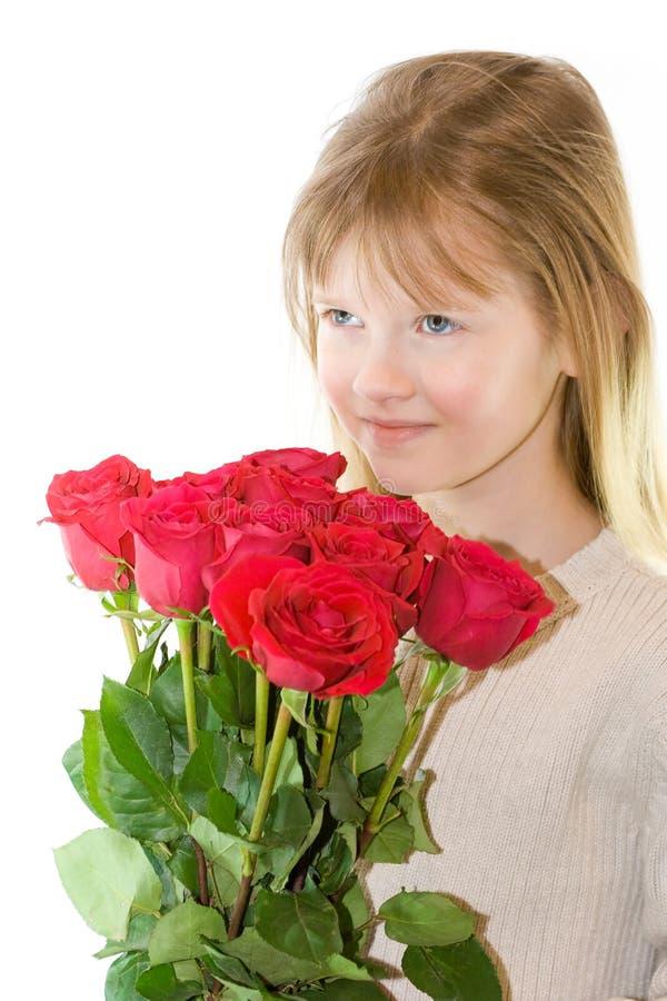 Recht blondes behaartes und blaues gemustertes Mädchen mit Rosen. stockfotografie