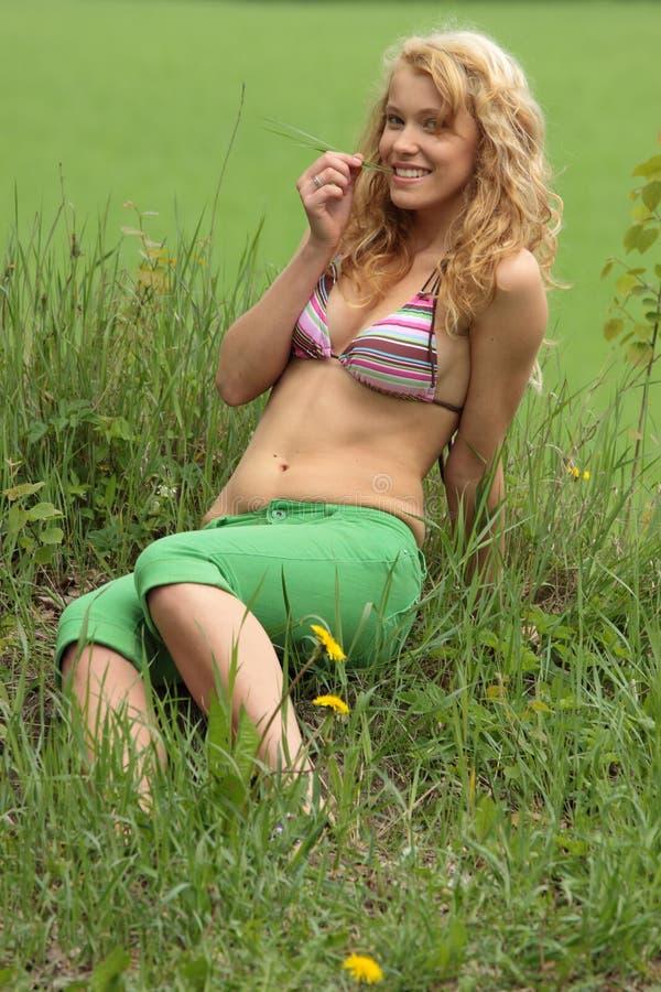 Recht blondes entspannendes Mädchen lizenzfreies stockfoto