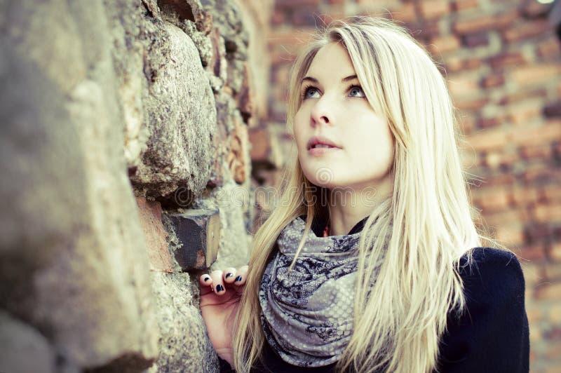 Recht blondes Frauenportrait, das oben schaut lizenzfreies stockbild