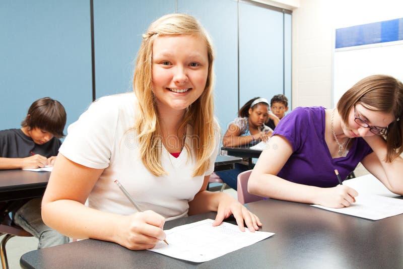 Recht blondes Mädchen in der Klasse lizenzfreie stockfotos