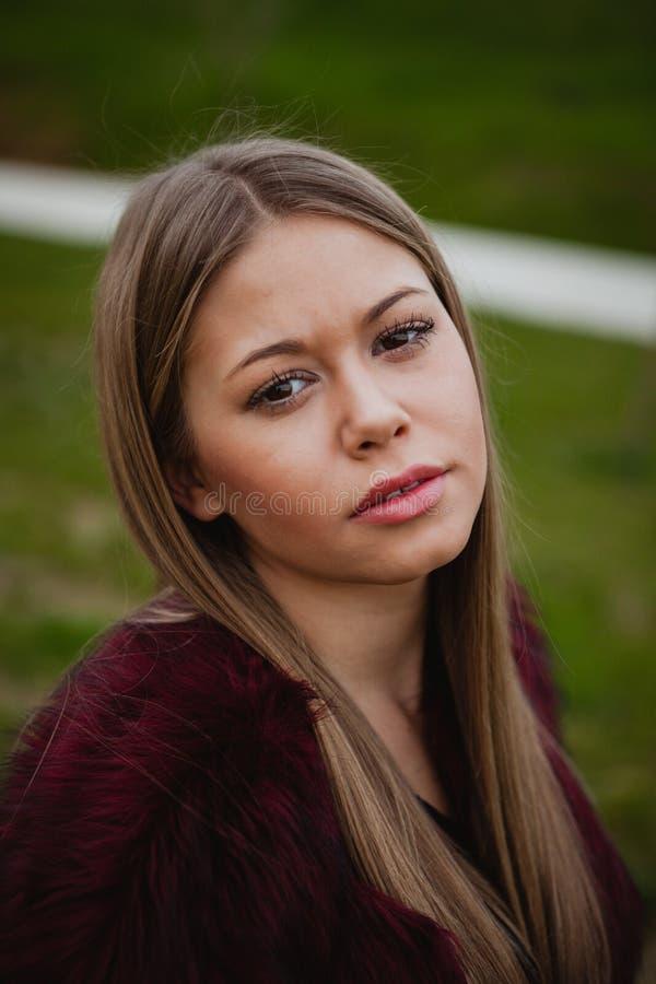 Recht blondes Mädchen mit Pelzmantel lizenzfreies stockfoto