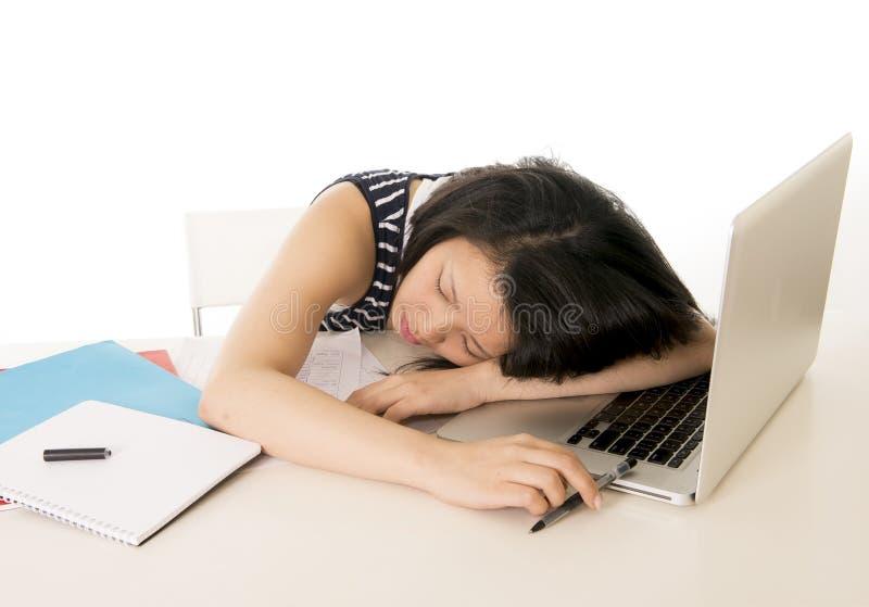recht chinesischer asiatischer Student schlafend auf Laptop stockbild