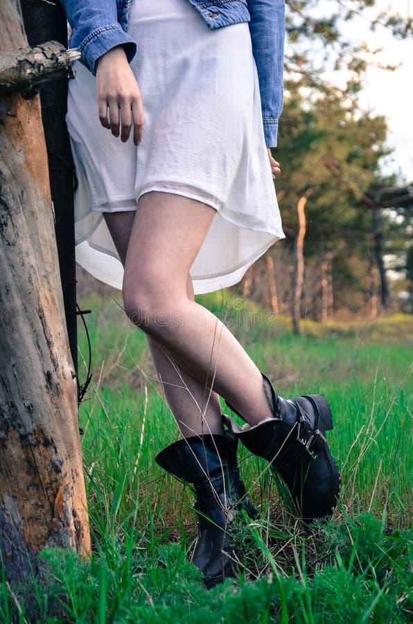 Recht dünne Beine der jungen Frau der Schönheit stockbild