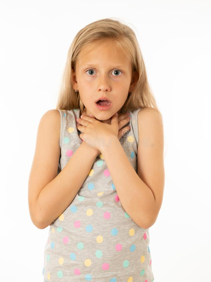 Recht entsetztes, überraschtes kleines Mädchen, das und mit Furcht erschrocken schaut Menschliche Gefühle und Ausdrücke lizenzfreie stockfotos
