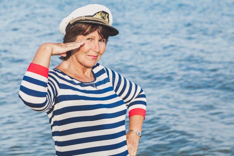 Recht erfreute ältere Frau in der Seeklage auf Strand stockbild