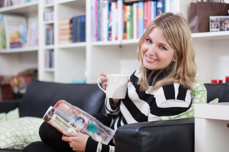 Recht fair-haired Frau trinkt Kaffee lizenzfreie stockbilder