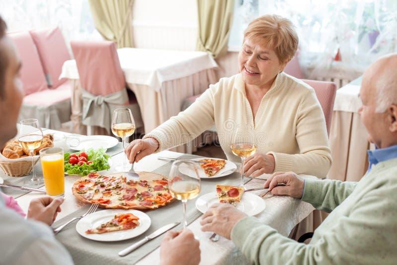 Recht freundliche Familie speist im Restaurant lizenzfreie stockbilder