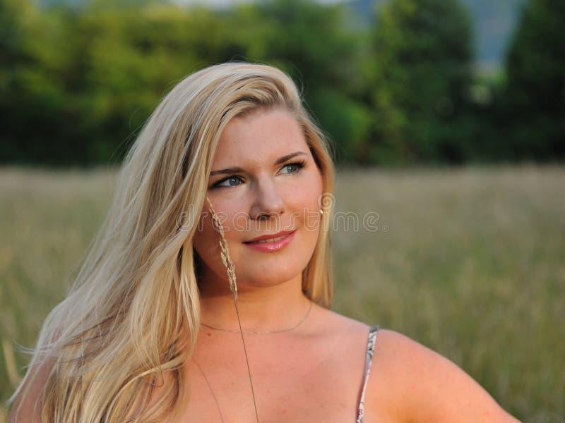 Recht gesunde Sommerfrau draußen lizenzfreie stockfotografie