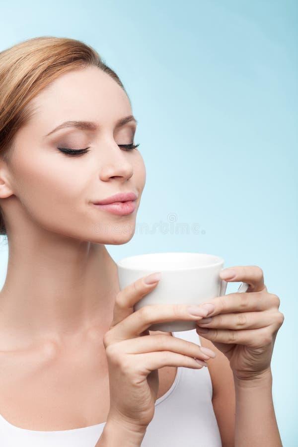 Recht gesundes Mädchen genießt heißen Tee lizenzfreie stockfotografie