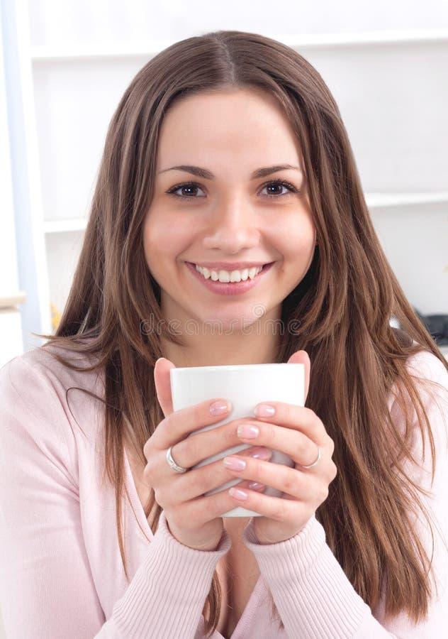 Recht glückliche entspannte junge Dame lizenzfreie stockfotografie