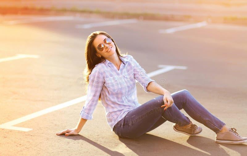 Recht glückliche sinnliche Frau draußen in sonnigem lizenzfreies stockfoto
