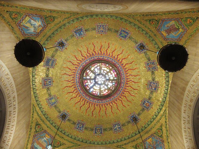 Recht goldene mit Ziegeln gedeckte Grafik in der Kirche stockbilder