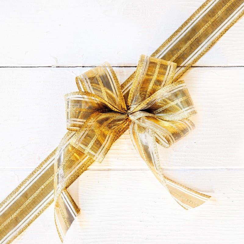 Recht goldener Weihnachtsbogen lizenzfreie stockbilder