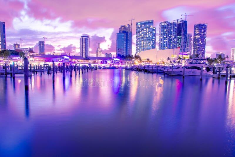 Recht het van de binnenstad van Miami na zonsondergang stock foto's