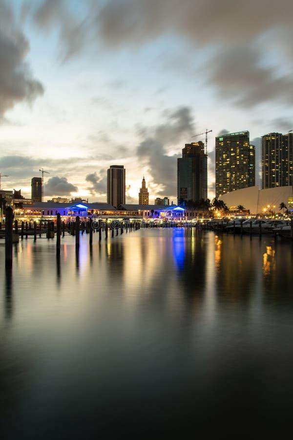 Recht het van de binnenstad van Miami na zonsondergang stock foto