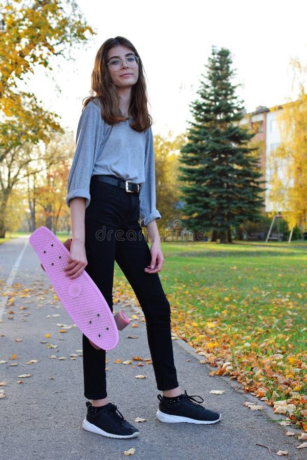 Recht jugendlich Mädchen, das Rochenbrett halten steht lizenzfreie stockbilder