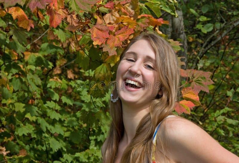 Recht jugendlich Mädchen-Lachen lizenzfreies stockbild